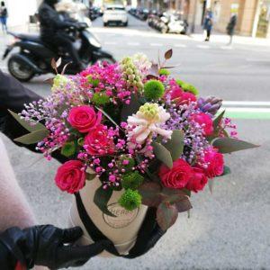 flores-variadas-en-caja-sombrerera